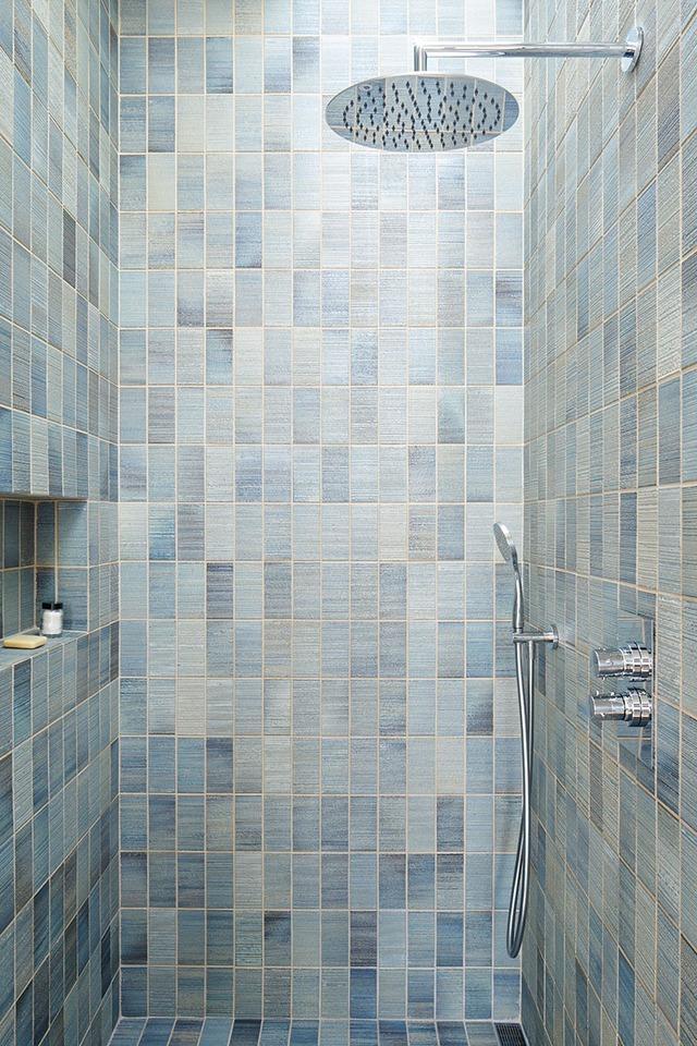 Nhà tắm đứng được trang bị hiện đại.