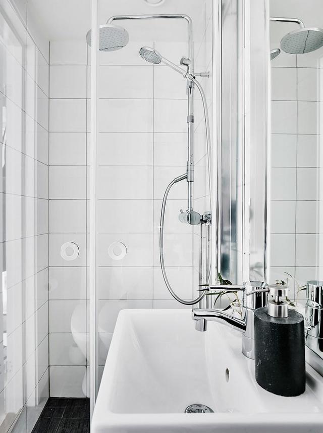 Buồng tắm đứng với vòi sen được lắp đặt cửa gương trong suốt nhằm xóa nhòa khoảng cách.