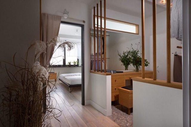 Tủ đựng quần áo và phòng thay đồ được thiết kế kín đáo bên trong.