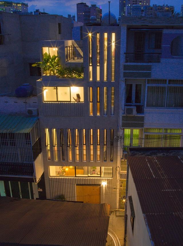 Về ban đêm dưới ánh sáng của đèn điện, ngôi nhà 3 tầng trở nên vô cùng lung linh và đẹp mắt.