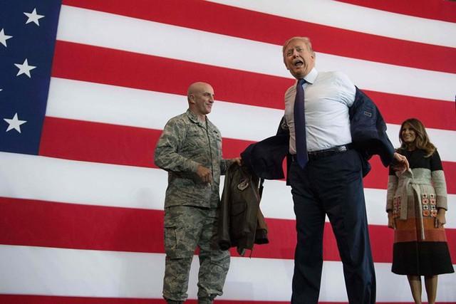 Ông Trump thay trang phục khi có mặt ở căn cứ Yokota, Nhật Bản./.