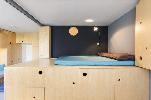 Phần kết cấu bao quanh giường đều được khéo léo thiết kế thành những ngăn tủ lưu trữ.