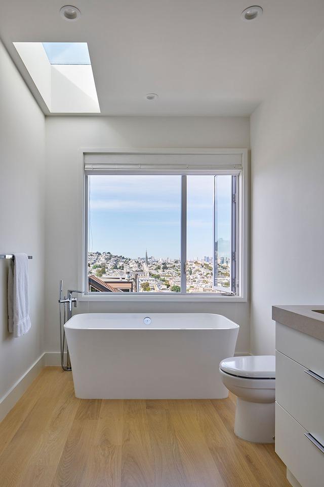 Bồn tắm tuyệt đẹp có view nhìn ra toàn cảnh thành phố.
