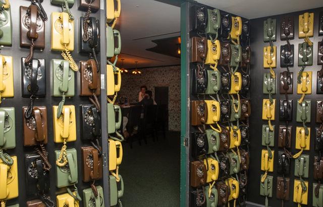 Căn phòng hack não chứa 133 chiếc điện thoại treo tường.