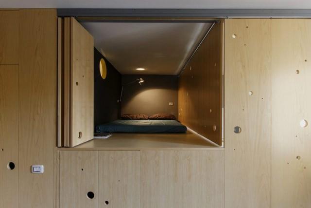 Tường nơi phòng ngủ được sơn màu đen giúp giấc ngủ được sâu hơn.