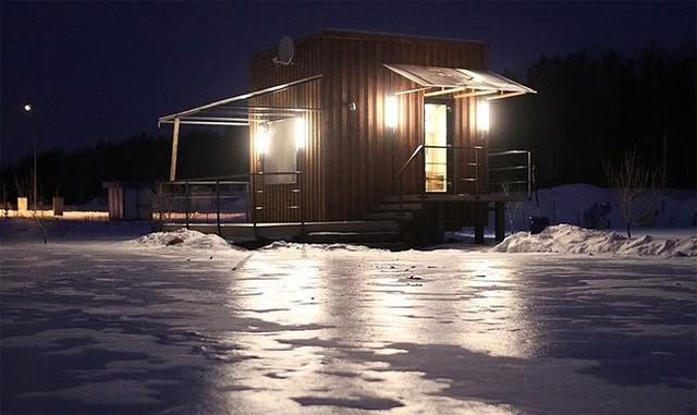 Ngôi nhà bừng sáng trong ánh điện vào ban đêm.