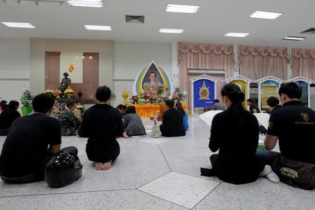 Tại nhiều nơi, người ta cũng đang cầu nguyện cho Vua Bhumibol được ra đi thanh thản.