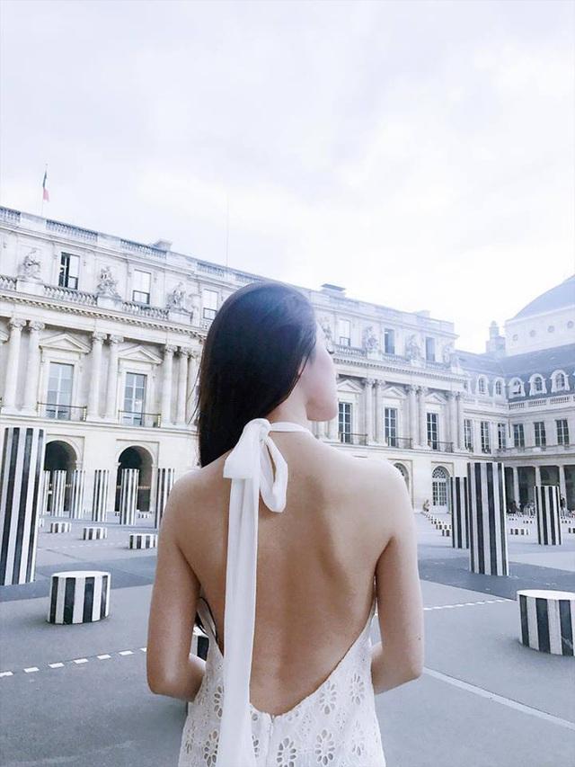 Lưng trần quyến rũ bên trời Âu.
