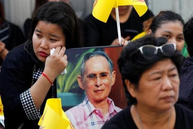 Không kể người già hay trẻ nhỏ, tất cả người dân Thái Lan đều hết mực kính yêu Đức vua Bhumibol.