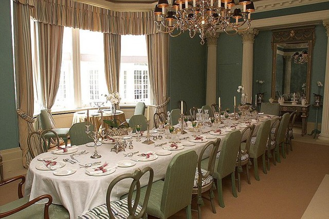 Phòng ăn sang trọng với bàn ăn lớn có sức chứa 21 người với cửa sổ nhìn ra phố chính.