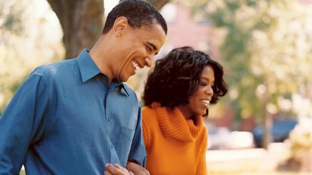 Nữ hoàng truyền hình Mỹ Oprah Winfrey là bạn thân của Tổng thống Obama từ khi hai người ở Chicago, nơi ông Obama bắt đầu sự nghiệp chính trị. Bức ảnh được chụp trong dịp Oprah Winfrey phỏng vấn Obama năm 2004, khi ông còn là thượng nghị sĩ bang Illinois. Ảnh: Oprah.com.