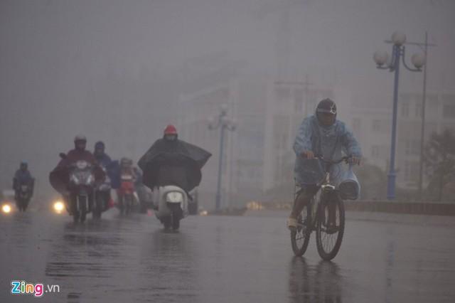 Đường phố Hà Nội ùn tắc trong mưa mù, trời tối sầm - ảnh 5
