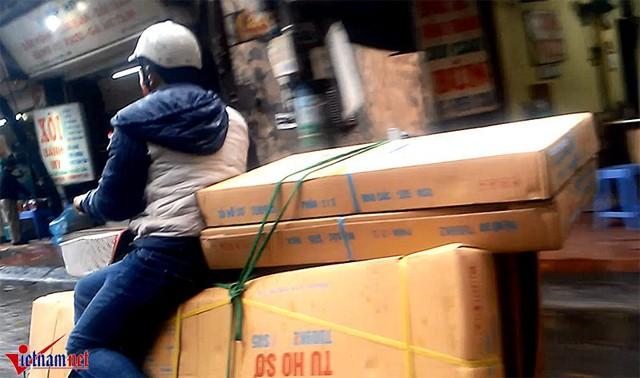 Chở quá nhiều hàng khiến lái xe không còn chỗ ngồi và liều mình bất chấp nguy hiểm. Ảnh chụp trên đường Đê La Thành, Hà Nội