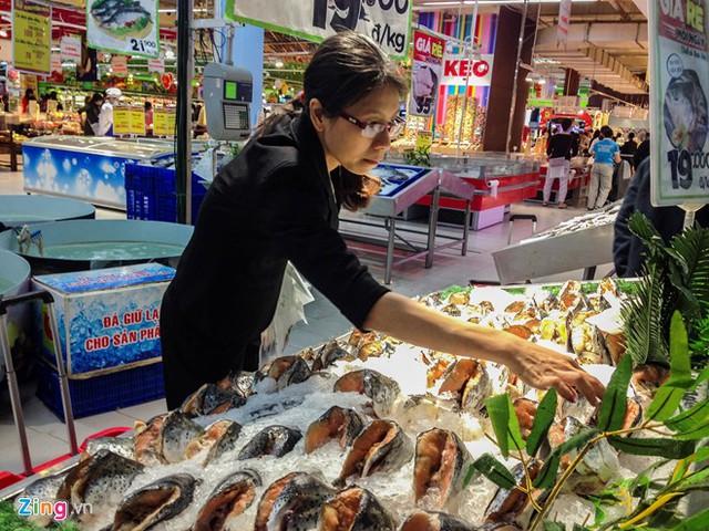 Chị Tú (Pháp Vân) lựa chọn đầu cá hồi cho món ăn chính của gia đình. Theo chị, cá là loại thực phẩm ngon, bổ dưỡng, không lo bị ngán như các món ăn Tết khác.