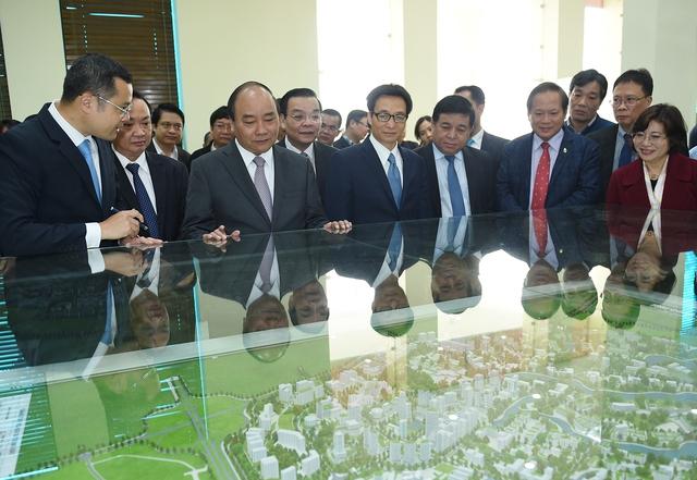 Thủ tướng xem mô hình quy hoạch Làng công nghệ cao Hòa Lạc. Ảnh: VGP/Quang Hiếu
