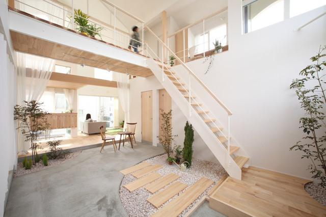 Trên tầng 2 là phòng làm việc, phòng vui chơi cho trẻ em, gác xép để đồ đạc và một ban công cho cả gia đình vui chơi và ngắ cảnh.