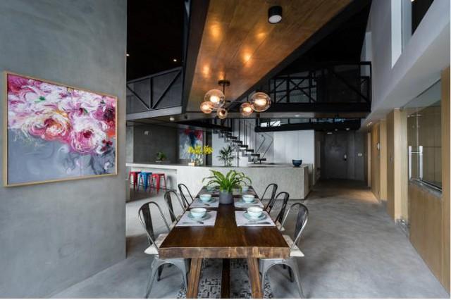 Lối vào nhà rộng và sạch sẽ với nền nhà láng bằng xi măng nhẵn bóng.