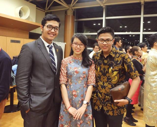 Diệp và các bạn quốc tế trong chương trình giao lưu văn hóa JENESYS ở Nhật Bản. Ảnh: NVCC