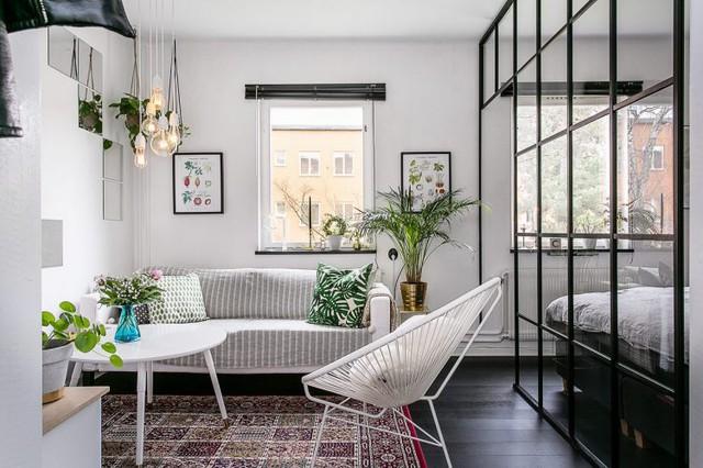 Khu vực tiếp khách và phòng ngủ của chủ nhà được bố trí trong cùng một không gian và chỉ ngăn cách nhau bằng vách ngăn được thiết kế đơn giản.