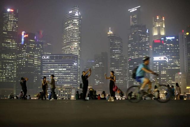 Sau khi nhậm chức, Thủ tướng Lý Hiển Long chuyển chế độ làm việc 5,5 ngày/tuần ở các công sở sang 5 ngày/tuần. Dù vẫn gặp nhiều chỉ trích, môi trường chính trị tại Singpore dưới thời ông Lý Hiển Long được cho là cởi mở và nhiều cạnh tranh hơn so với thời cha ông. Trong khi đó, Singapore vẫn đảm bảo được một hệ thống hành chính công minh bạch và môi trường thuận lợi cho các nhà đầu tư. Tổ chức Minh bạch Quốc tế thường xuyên xếp Singapore là nơi ít tham nhũng nhất châu Á. Ảnh: Reuters.