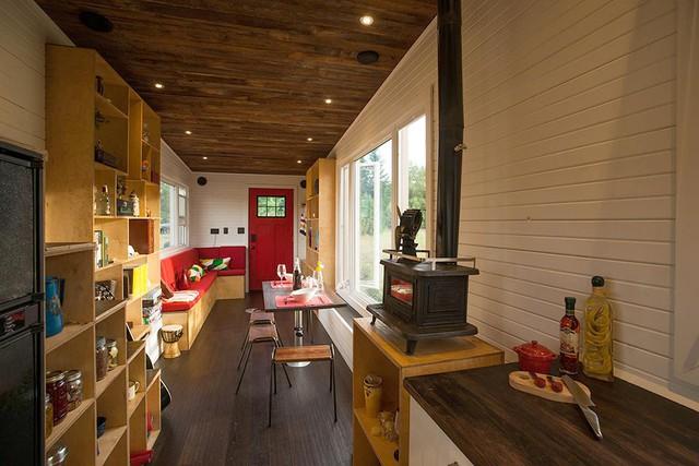 Trái ngược hoàn toàn với vẻ ngoài nhỏ nhắn, không gian bên trong ngôi nhà vô cùng rộng thoáng và tiện nghi.
