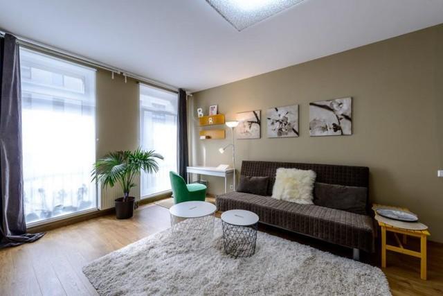 Bên trong căn hộ thoáng sáng với 2 bức tường kính cao sát trần. Hầu như các không gian chính từ phòng khách, góc làm việc, phòng ngủ đều được soi chiếu bởi nguồn ánh sáng tự nhiên khiến chúng trở nên sáng bừng, đầy sức sống.