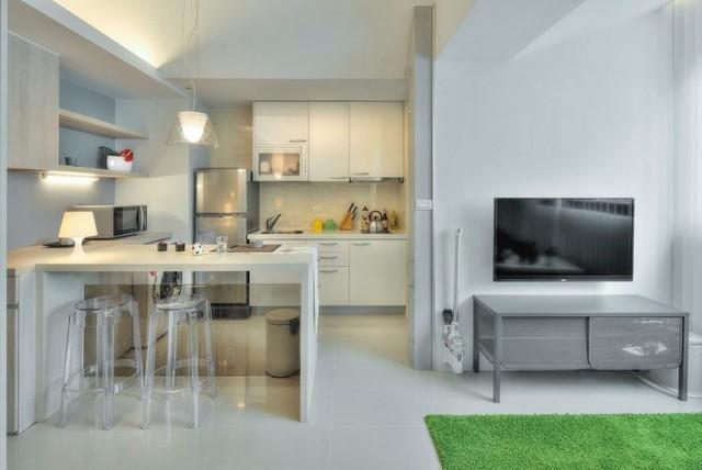 Toàn bộ không gian nơi đây từ sàn nhà, sơn tường, hệ thống tủ kệ, bàn ăn cho đến tất cả những món đồ chuyên dụng nhà bếp đều cùng một tông màu sáng khiến không gian thêm rộng và không bị rối mắt.