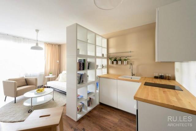 Bếp, phòng khách, phòng ngủ được bố trí chung một không gian thoáng sáng cạnh cửa sổ lớn.