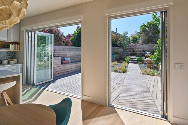 Tầng 1 của ngôi nhà được thiết kế với không gian phía trước dùng làm gara để ô tô, tiếp theo là khu vực bếp, phòng khách và phần diện tích cuối nhà là cả một khu vườn nhỏ xinh được thiết kế hết sức cầu kỳ, tuyệt đẹp.