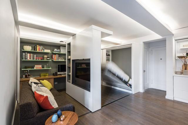 Khi bạn cần một không gian nghỉ ngơi riêng tư thì chỉ cần một động tác nhẹ là có thể di chuyển bức tường và hạ chiếc gường đôi xuống.