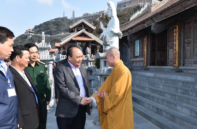Thủ tướng thăm hỏi trụ trì của Bích Vân Thiền Tự trên dãy Hoàng Liên Sơn. Ảnh: VGP/Quang Hiếu