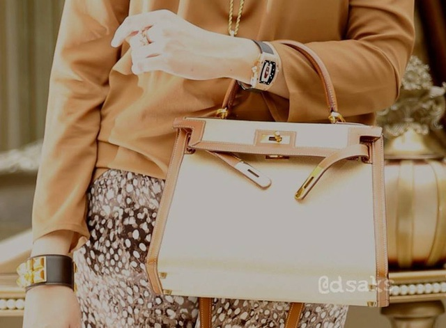 Ảnh: Dương Tử Quỳnh đeo chiếc RM 51 full kim cương và siêu phức tạp với tính năng Tourbillon, giá cho phiên bản đơn giản nhất là khoảng 18 tỷ đồng.