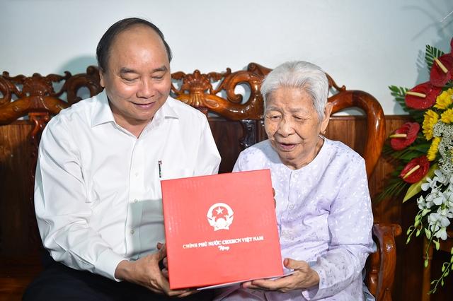 Thủ tướng Nguyễn Xuân Phúc thăm hỏi, động viên Mẹ Việt Nam Anh hùng Trần Thị Tư. Ảnh: VGP/Quang Hiếu