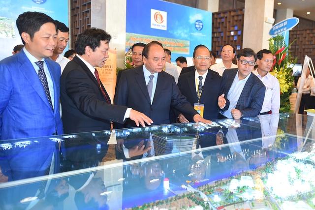 Thủ tướng nghe lãnh đạo Bình Thuận báo cáo mô hình phát triển du lịch ven biển của tỉnh. Ảnh: VGP/Quang Hiếu