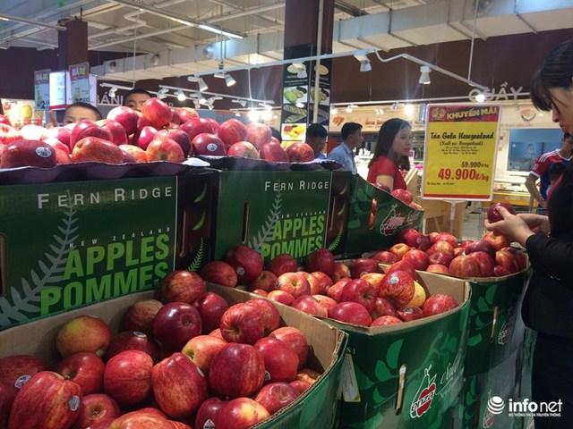Trong khi siêu thị bán giá rẻ, các cửa hàng hoa quả nhập khẩu vẫn bán giá đắt gấp ba bốn lần.
