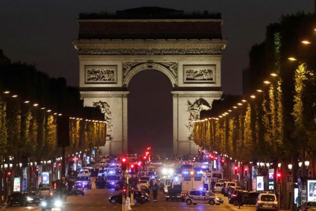 Vụ nổ súng ngay giữa đại lộ Champs Élysées, Paris khiến một cảnh sát thiệt mạng và 2 người bị thương. Ảnh: Reuters.
