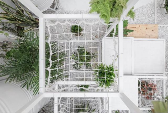 Ngoài những khung thép hình vuông được thiết kế đặc biệt đan xen nhau, mặt sàn khu ban công nhỏ còn được rải một lớp đá răm trắng.