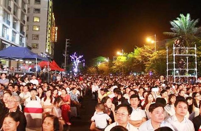 Hàng ngàn du khách đã về Sầm Sơn dự buổi lễ kỷ niệm 110 năm du lịch Sầm Sơn và lễ công bố thành lập TP Sầm Sơn
