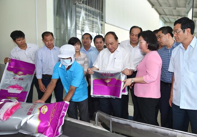 Thủ tướng Nguyễn Xuân Phúc thăm Nhà máy Chế biến lương thực Thành Tín, TP. Sóc Trăng. Ảnh: VGP/Quang Hiếu