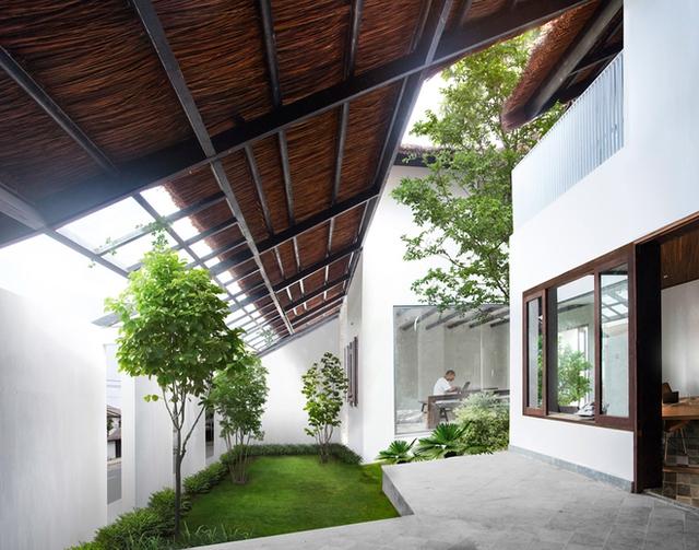 Với thiết kế đặc biệt, mọi không gian chức năng trong nhà nơi đâu cũng tràn ngập cây xanh và ánh sáng mặt trời.