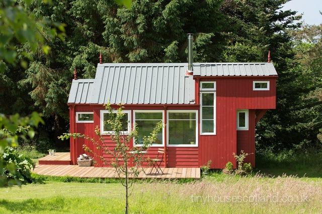 Ngôi nhà nhỏ có rất nhiều ô cửa sổ lớn nhỏ để đón nắng gió bên ngoài.