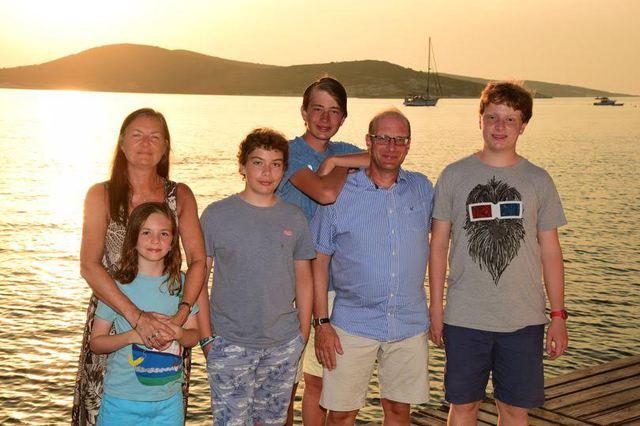 Từ trái qua, chị Sarah và con út Marcus, Hector, Thomas, bố Jonathan và Benjamin.