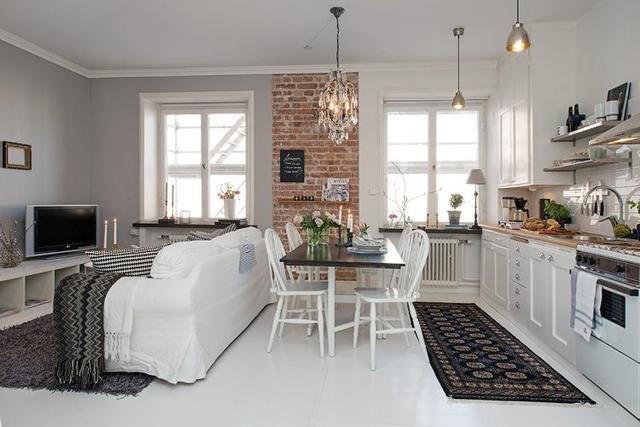 Không sử dụng vách ngăn hay tường thạch cao như cách trang trí, ngăn chia không gian thông thường. Không gian phòng khách được bố trí tiếp nối liền mạch với nơi ăn uống và bếp nấu.
