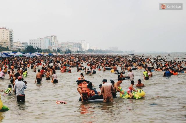 Nhiều gia đình dẫn theo trẻ nhỏ đi tắm biển, vui chơi trong dịp nghỉ lễ. Ảnh: Thu Hường