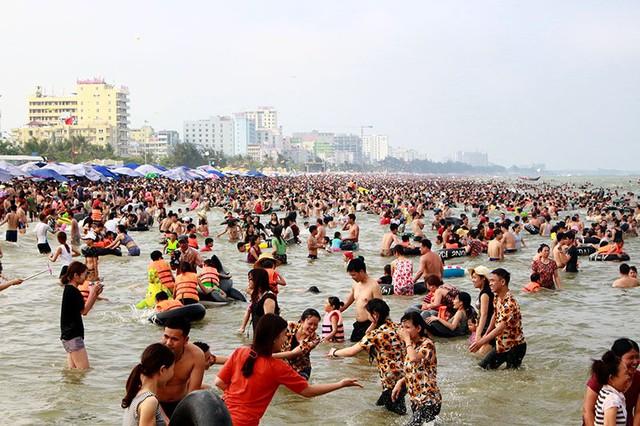 Đông đảo các gia đình, nhóm bạn trẻ, cơ quan đoàn thể tổ chức đi nghỉ mát nhân dịp này.