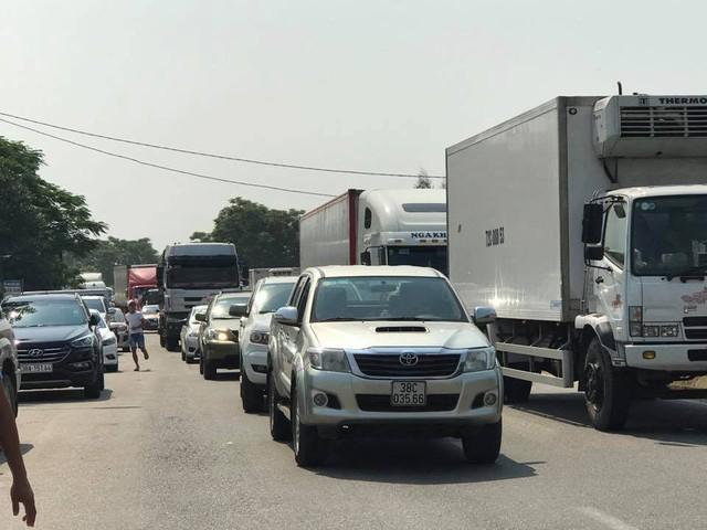 Giao thông ùn tắc kéo dài cả cây số trước trạm thu phí Cầu Rác