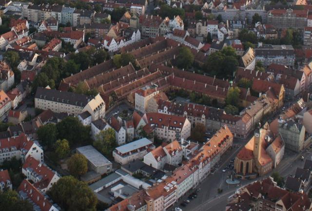 Khu nhà ở cho người thu nhập thấp Fuggerei tại thành phố Augsburg, Đức ngày nay
