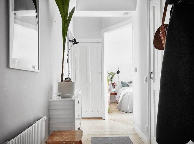 Phần lớn không gian trong nhà được bài trí với gam màu trắng chủ đạo mang đến cảm giác thoáng sáng và vẻ đẹp thanh lịch cho căn hộ.