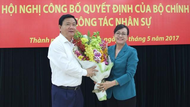 Chủ tịch HĐND TP.HCM Nguyễn Thị Quyết Tâm trao hoa cho ông Đinh La Thăng.