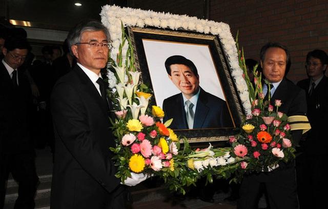 Ông Moon trong đám tang người bạn thân, cố Tổng thống Roh Moo-hyun. Ảnh: REUTERS